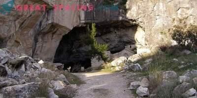 Dziwna aktywność w jaskini Davelis. Wyjaśnienie naukowe i wersje ufologów